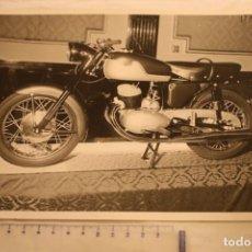 Fotografía antigua: FOTOGRAFIA MOTO SANGLAS (CARLOS PEREZ DE ROZAS) BARCELONA 24X18 EN EXPOSICION BARCELONA. Lote 146430310
