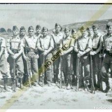 Fotografía antigua: FOTO MILITAR MILITARES CON FUSIL FOTO DE GRUPO ESTUDIO VICTOR - BURGOS. Lote 146461782