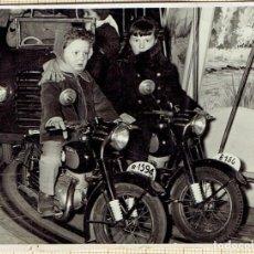 Fotografía antigua: PEQUEÑA FOTO NIÑOS/AS EN CARRUSEL MOTOS AÑOS 60/70. REPORTAJES J. GUTIERREZ MANRESA.. Lote 147226390