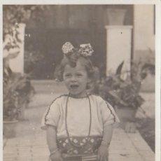 Fotografia antica: PRECIOSA Y ANTIGUA FOTOGRAFÍA. NIÑA PEQUEÑA CON ABANICO Y COLLAR EN UN JARDÍN. 1924. CB. Lote 147316026