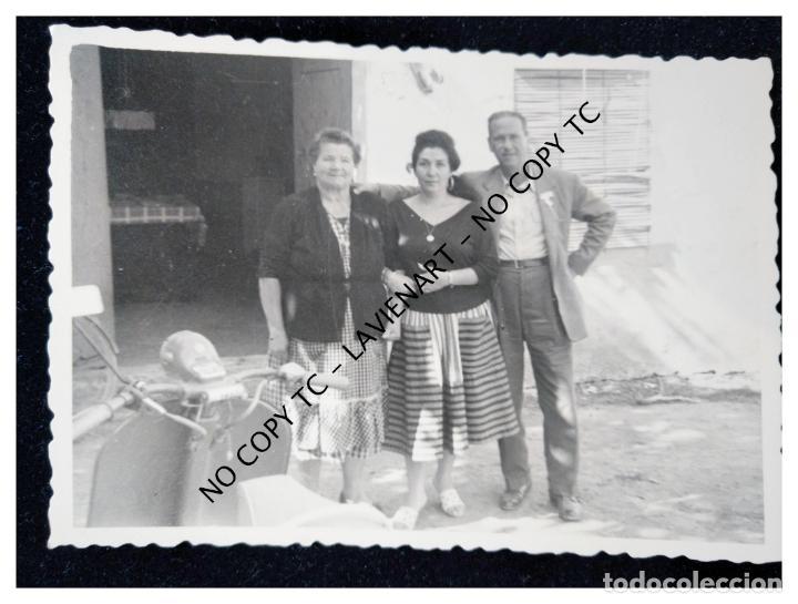 VALENCIA - FAMILIA POSANDO CON UNA VESPA O LAMBRETA 1958 (Fotografía - Artística)