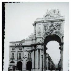 Fotografía antigua: LISBOA - PORTUGAL - 1962 - PLAZA DEL COMERCIO LISBOA - COCHES ANTIGUOS - SEAT FORD. Lote 147525598