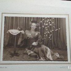 Fotografía antigua: MUJER DISFRAZADA DE JAPONESA PARA EL BAILE DE TRAJES DEL CASINO DE AVILÉS 1943 ALONSO FOTO 28X22. Lote 147662502