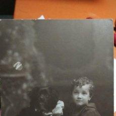 Fotografía antigua: FOTO TARJETA POSTAL NIÑO CON PERRO ESTUDIO AMER PALMA DE MALLORCA. Lote 147702918