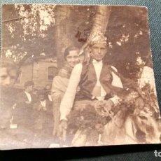 Fotografía antigua: FOTOGRAFÍA PAREJA EN BURRO LUGAR ESCRITO POR DETRAS DE LA FOTO AÑO 1924 MEDIDAS 8,5X8. Lote 147939674