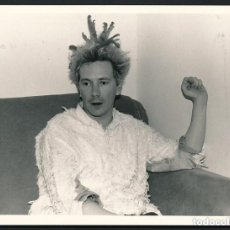 Fotografía antigua: FOTOGRAFÍA ORIGINAL DE 1980 DE SEX PISTOLS-JOHN LYDON A.K.A. JOHNNY ROTTEN,CON CUÑO EN REVERSO. Lote 147945294