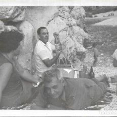 Fotografía antigua: == NA460 - FOTOGRAFIA - AMIGOS COMIENDO EN EL CAMPO. Lote 148228726