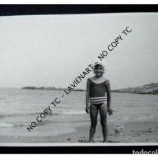 Fotografía antigua: NIÑA BAÑISTA POSIBLEMENTE COSTA ALICANTE AÑOS 50 60 FOTO JAVIER VALENCIA. Lote 148367442