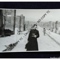 Fotografía antigua: CURA ESPAÑOL EN LAS RUINAS DE VILLA ADRIANO DE TÍVOLI ITALIA CON CÁMARA DE FOTOS LEICA. Lote 148400506