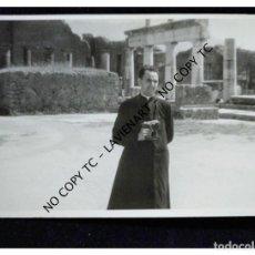 Fotografía antigua: CURA ESPAÑOL EN LAS RUINAS DE VILLA ADRIANO DE TÍVOLI ITALIA CON CÁMARA LEICA. Lote 148400590