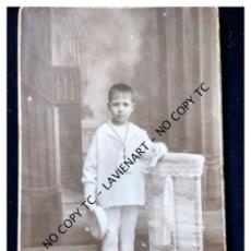 Fotografía antigua: VALENCIA FOTO R. GUZMÁN 8 MAYO 1925 SOBRE CARTÓN TARJETA POSTAL VESTIDO DE COMUNIANTE. Lote 148757530