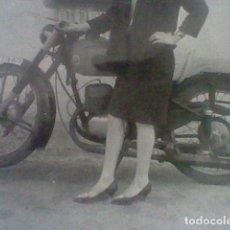 Fotografía antigua: MONTESA MUCHACHA POSANDO CON MOTO FOTO PARTICULAR ANTIGUA VINTAGE . Lote 149267978