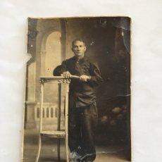 Fotografía antigua: RETRATO. POSANDO EN EL ESTUDIO. FOTÓGRAFO ANÓNIMO. H. 1920?. Lote 149456221