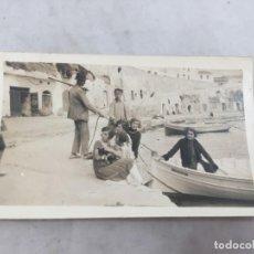 Fotografía antigua: FOTO ANTIGUA PUERTO MAHÓN BALEARES NIÑOS PESCADOR JÓVENES BOTES 1925 MENORCA. Lote 149563878