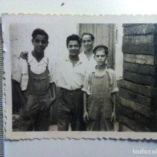 Fotografía antigua: FOTOGRAFIA - PEQUEÑA FOTO JOVENES TRABAJADORES. Lote 150019018
