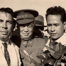 Fotografía antigua: FOTOGRAFÍA DE LOS AVIADORES FILIPINOS ARNÁIZ Y CALVO - 1936. Lote 150223150