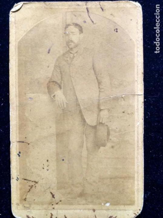 CDV CABALLERO POSANDO CON SOMBRERO C. 1860 (Fotografía - Artística)