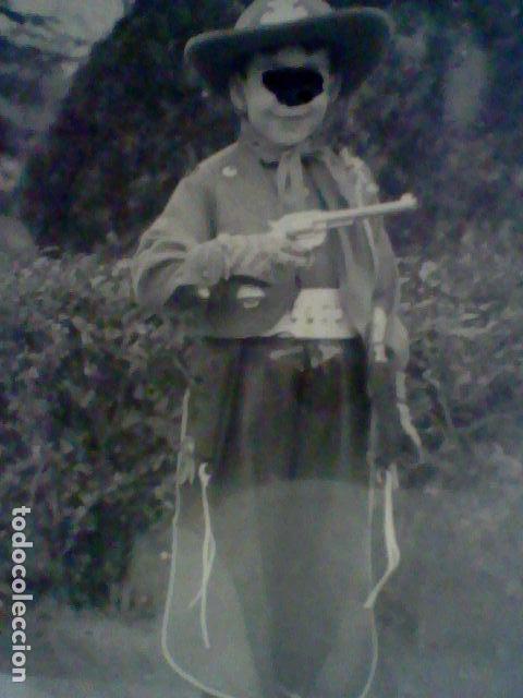 NIÑO PISTOLERO REGALO REYES 1959 PISTOLA CHALECO Y GORRO COWBOY FOTO PARTICULAR (Fotografía - Artística)