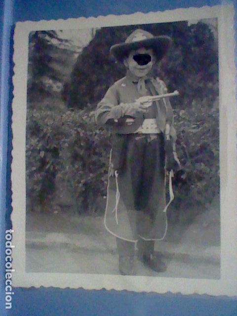 Fotografía antigua: NIÑO PISTOLERO REGALO REYES 1959 PISTOLA CHALECO Y GORRO COWBOY FOTO PARTICULAR - Foto 3 - 150970154