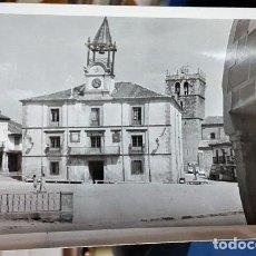 Fotografía antigua: FOTOGRAFÍA ORIGINAL AÑOS 60 DE LA PLAZA DE RIAZA SEGOVIA VISTA IGLESIA DE NTRA SRA DEL MANTO Y AYUNT. Lote 151336798