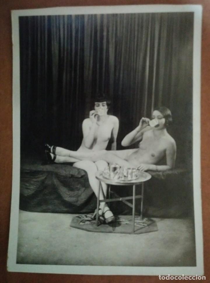 Fotografía antigua: Fotografía antigua erotica. Mujeres desnudas tomando café. Nude photo. 13x18 cm - Foto 2 - 115331279
