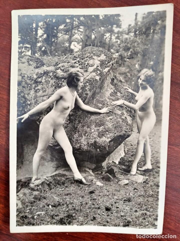 Fotografía antigua: Fotografía antigua erotica. Mujeres desnudas en el bosque. Nude photo. 13x18 cm - Foto 2 - 118622711