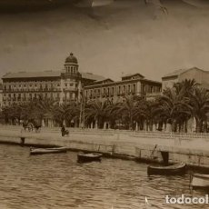 Fotografía antigua: PASEO DE LOS MÁRTIRES Y CASA DE ALBEROLA. ALICANTE 22,8X16,4 CM. Lote 149277530