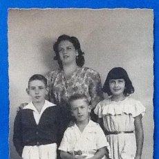 Fotografía antigua: FOTO DE. FAMILIA 1947.ENVIO INCLUIDO EN EL PRECIO.. Lote 151538006