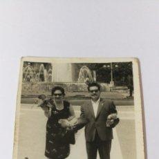 Fotografía antigua: FOTO AÑOS 50 PAREJA FELIZ CON PALOMAS EN LA PLAZA CATALUNYA. Lote 151550884