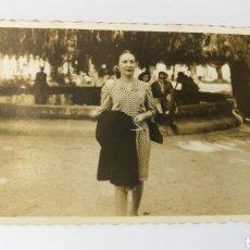 Fotografía antigua: FOTO AÑOS 50 SEÑORITA PASEANDO POR LOS CANTONES DE MENDEZ NUÑEZ CORUÑA GALICIA. Lote 151551196