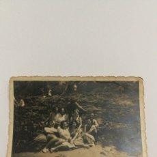 Fotografía antigua: FOTO AÑOS 40 SEÑORITAS EN LA PLAYA GALICIA. Lote 151555480