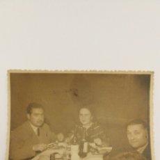 Fotografía antigua: FOTO AÑOS 60 GRUPOS DE PERSONAS EN UNA COMIDA. Lote 151555642