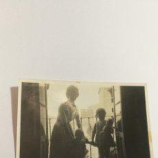 Fotografía antigua: FOTO AÑOS 50 MADRE CON NIÑO NIÑA MUÑECA NENUCO EN EL BALCÓN. Lote 151555717