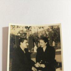 Fotografía antigua: FOTO AÑOS 50 PAREJA ENAMORADOS NOVIOS MATRIMONIO EN UN PARQUE. Lote 151555785