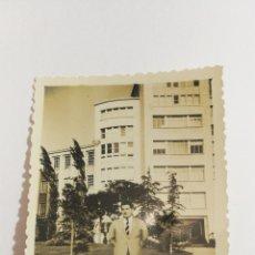 Fotografía antigua: FOTO AÑOS 50 GALLINA BLANCA. Lote 151555821