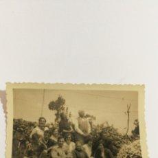 Fotografía antigua: FOTO AÑOS 50 FAMILIA EN EL CAMPO EN GALICIA ALDEA. Lote 151555857