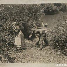 Fotografía antigua: LA VIANDANTE. SOCIETA CELIO FILM. ROMA 27X21,,2 CM. Lote 151910226