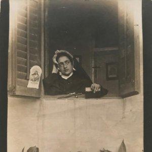 Fotografía antigua mujer religiosa en la ventana 11,5x8,2 cm
