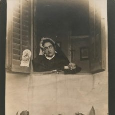 Fotografia antica: FOTOGRAFÍA ANTIGUA MUJER RELIGIOSA EN LA VENTANA 11,5X8,2 CM. Lote 151992550
