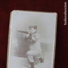 Fotografía antigua: FOTO NIÑO VESTIDO DE MILITAR GUERRA CUBA, CON ESCOPETA. FOTOGRAFO: J. LOZANO, VALENCIA. Lote 152346622
