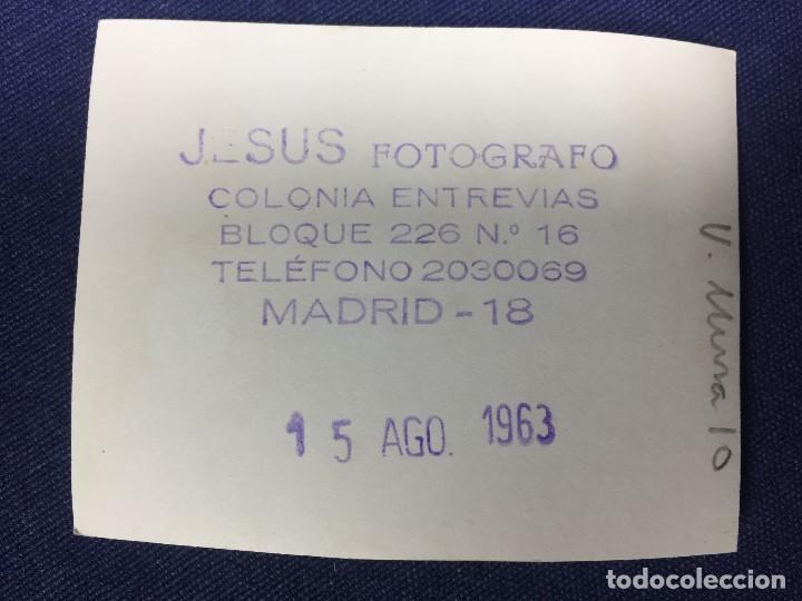Fotografía antigua: PEQUEÑA FOTOGRAFIA NIÑA MONTADA EN VESPA ORDEN SANTIAGO MADRID FOT JESUS 1963 8X6CMS - Foto 2 - 152542502