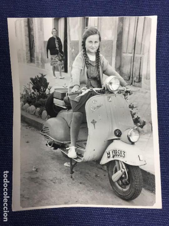 PEQUEÑA FOTOGRAFIA NIÑA MONTADA EN VESPA ORDEN SANTIAGO MADRID FOT JESUS 1963 8X6CMS (Fotografía - Artística)