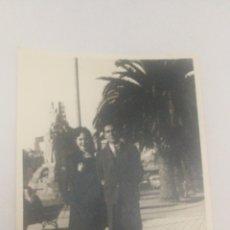 Fotografía antigua: FOTO AÑOS 40 50 ENAMORADOS ESTATUA CURROS ENRIQUEZ JARDINEZ MENDEZ NUÑEZ CORUÑA. Lote 152596350