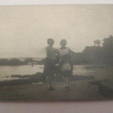 Fotografía antigua: AÑOS 50 FOTO AMIGAS EN PLAYA SANTA CRUZ CORUÑA GALICIA. Lote 152596357