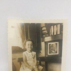 Fotografía antigua: FOTO AÑOS 40 50 NIÑA EN EL SALÓN, GALICIA. Lote 152596372