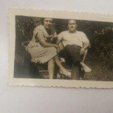 Fotografía antigua: FOTO AÑO 1950 PAREJA EN EL CAMPO, OLEIROS CORUÑA GALICIA. Lote 152596373