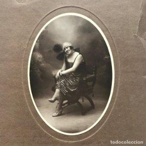 Foto antigua mujer con dedicatoria manuscrita y sello 31,7x24,2 cm