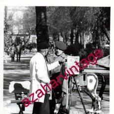 Fotografía antigua: SEVILLA, ESPECTACULAR FOTOGRAFIA RETRATISTA FOTOGRAFO AMBULANTE JARDINES DE MURILLO,18X24 CMS. Lote 153341130