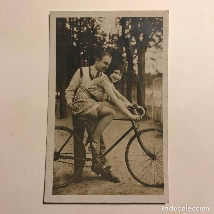 Fotografía antigua: Pareja en bicicleta. Fotografía antigua. 9x14 cm - Foto 2 - 149273770