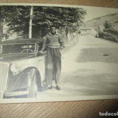 Fotografía antigua: FOTO AÑOS 40 ANTIGUA JOYERO PERERA CON SU COCHE MADRID PROPIETARIO JOYERIA PERERA. Lote 154878542
